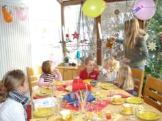 Mesa do aniversário e crianças convidadas.