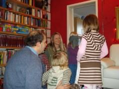 Brincadeiras de vendas com as crianças, elas tinham que achar doces escondidos debaixo de uma panela.