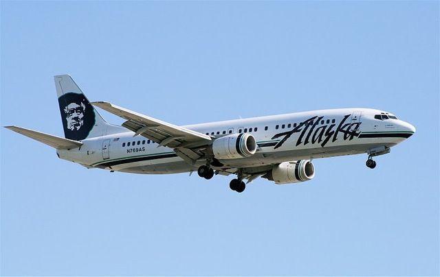 Alaska Airlines retirará tarjetas con textos bíblicos de sus vuelos