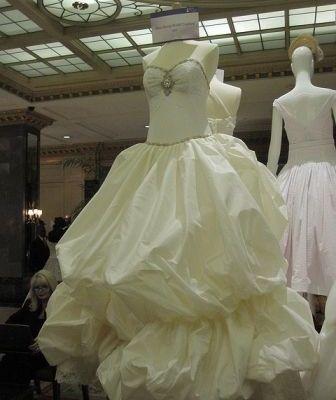 Tienda de novias en la línea de fuego por negarse a brindar servicios a pareja lesbiana