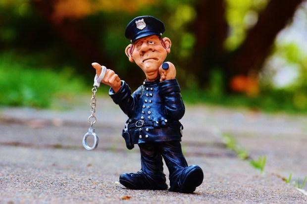 Polițist cu cătușe și baston