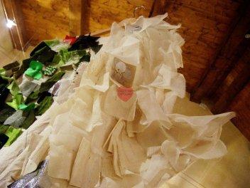 """Vestimenta, installazione: """"I cigni selvatici"""", dettaglio"""