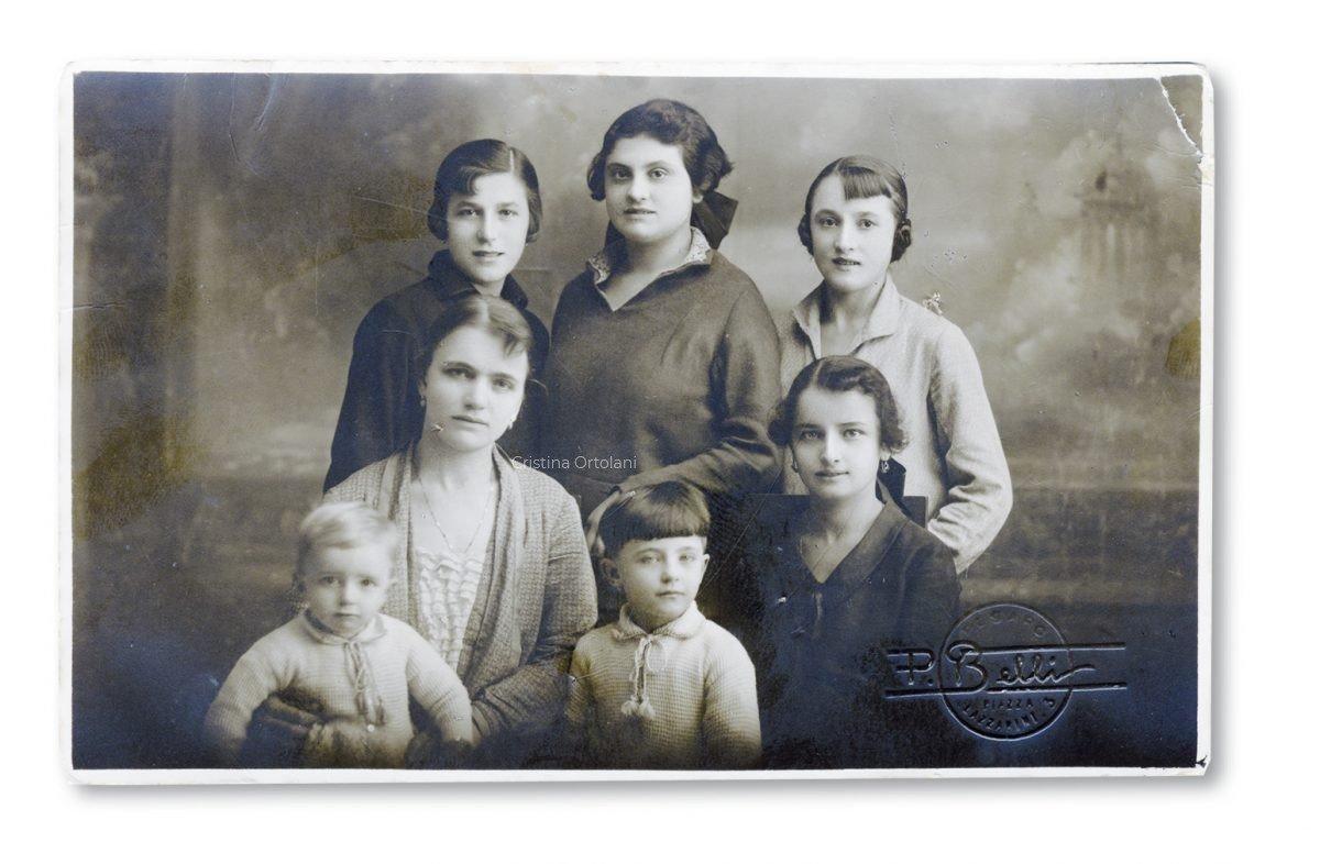 Pesaro, 1926. Zaira Mignoni Ortolani con le lavoranti della sua sartoria