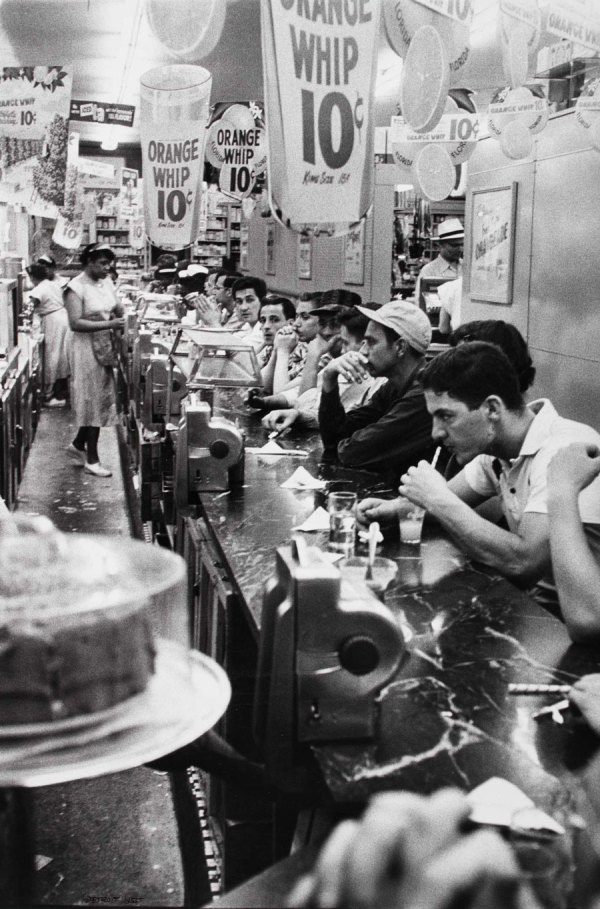 cristinaarce_biography_master_photographer_frank14_drugstore_detroit_1955
