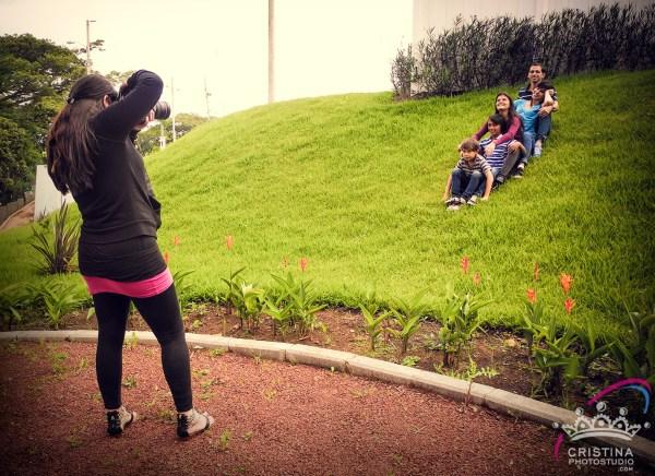 cristinaarce_cristinaphotostudio_behind_scenes_family_portrait_outdoors_cristina03