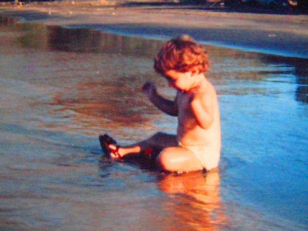 cristinaarce_cristinaphotostudio_inner_child_baby_playing_at_beach_childrens_day_2014
