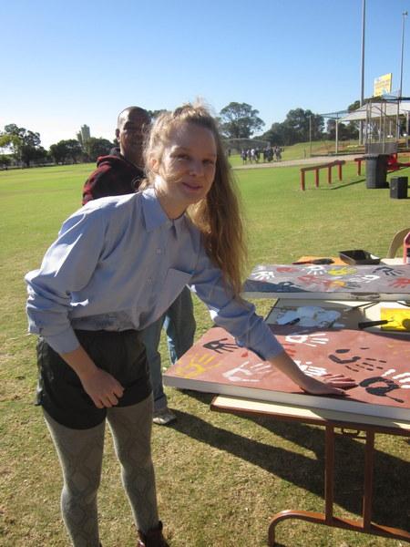 Den Scheer adds her hand to the art