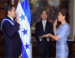 Esta imagen recoge el momento en que el presidente Hernández juramentaba a su hermana como ministra.