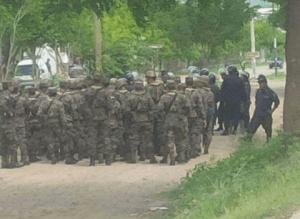 Los militares permanecen frente al CURLP listos para entrar en acción.