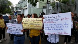 Las personas llevaron pancartas en apoyo al periodista.