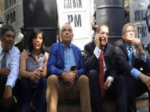 El periodista David Romero, en compañía del expresidemte Mauel Zelaya, el diputado Esdras Amado López y la dirigente de Libre, Silvia Ayala.