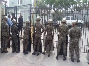 Los tribunales están siendo resguardados por al menos unos 300 policías y militares.