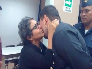 Anarella Vélez Osejo besa a su hijo, Rigoberto Paredes Vélez, antes de ser trasladado a la Penitenciaria Nacional de Támara, F.M.