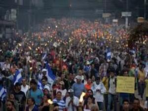 Ni la fuerte lluvia que cayó sobre Tegucigalpa impidió la masiva movilización de las antorchas.