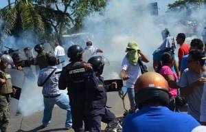 """Las fuerzas del """"orden"""" no escatiman esfuerzos para golpear a los manifestantes aun y cuando las manifestaciones son pacíficas."""