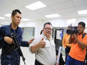 El exalcalde de SAn Pedro Sula, Oscar Kilgore, lució tranquilo este viernes al salir de los juzgados.