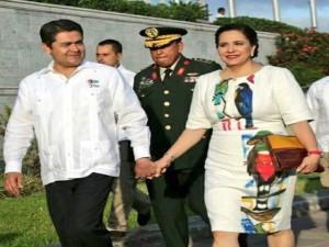 El presidente Juan Hernández y la primera dama, Ana García de Hernández.
