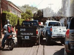 """Un""""choque"""" inusual se dio entre patrullas de la policia y los militares."""