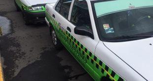 Taxis realizaban ascenso de pasajeros sobre el arroyo vehicular en el bulevar Nuevo Hidalgo, en Tulipanes