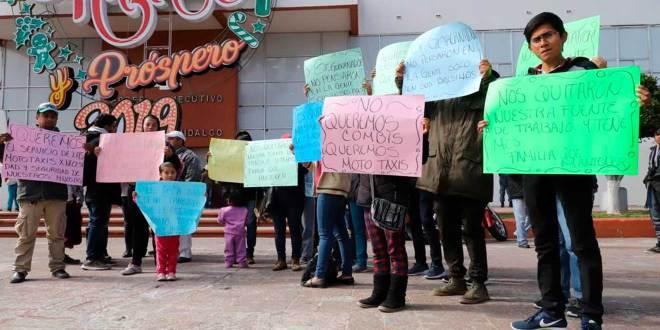 Se manifiestan mototaxistas en plaza Juárez