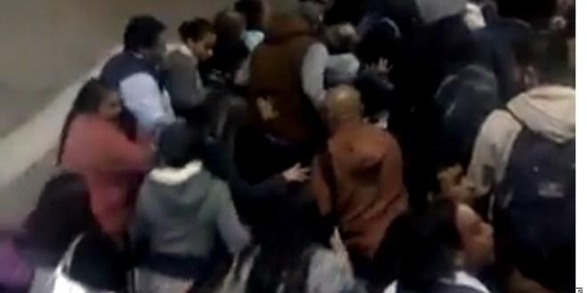 Saturan escalera en Metro de C_600532