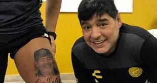 Se tatuó la cara de Maradona en una pierna