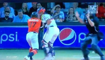Le da batazos a un rival y se arma bronca en partido de béisbol