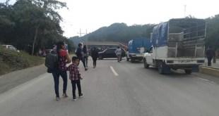 Pobladores de comunidad de Huejutla bloquean la carretera México-Tampico