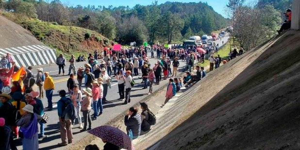 Bloquean pobladores carretera libre y de cuota México-Tuxpan