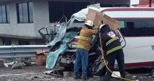 Mueren dos tras accidente de urvan de pasajeros en Atotonilco en Grande