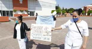 Se manifiesta personal de Secretaría de Salud de Hidalgo en plaza Juárez