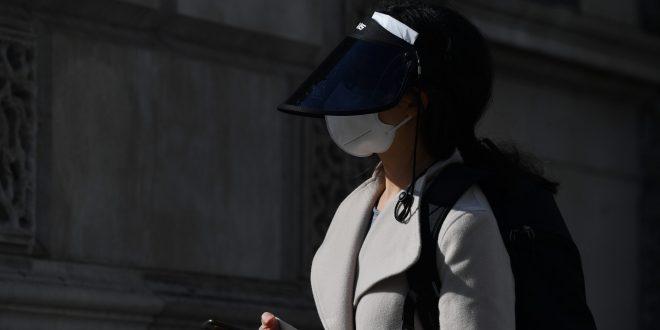 Empleada británica muere por coronavirus después de que le escupieran