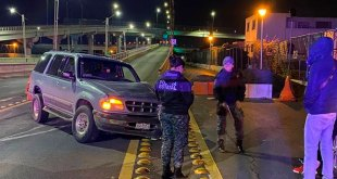 Abandonan camioneta chocada en el Río de las Avenidas