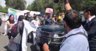 Familiares de desaparecidos reclaman a AMLO; 'Solo atiendes a la mamá del Chapo', le gritó una mujer