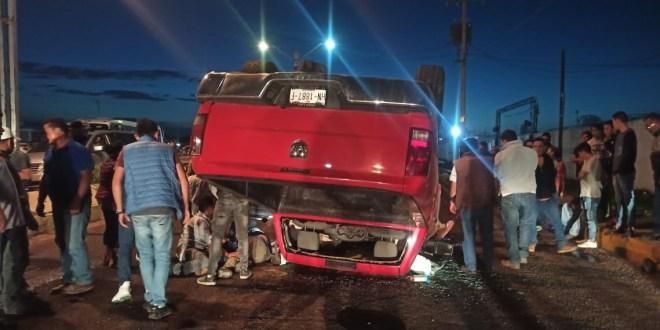 Volcó camioneta tras impactar a vehículo compacto, en Tulancingo