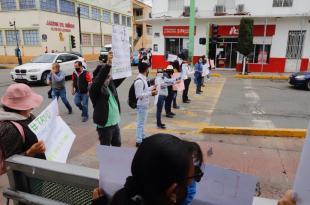 Maestros de bachillerato en Pachuca se manifiestan por falta de pagos