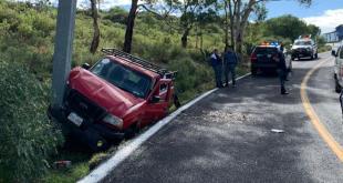 Choca contra un letrero en carretera a Real del Monte