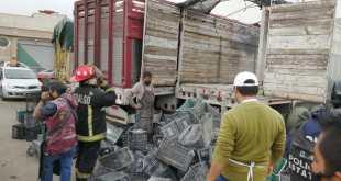 Arde camión de vegetales en la Central de Abastos de Pachuca