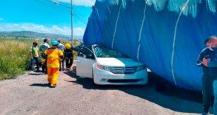 Camión voltea sobre camioneta México-Pachuca