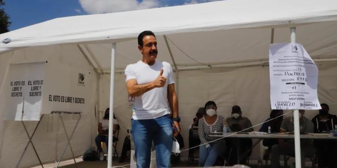 Acude Omar Fayad a votar en El Tezontle; pide elecciones limpias