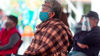 Una persona recoger ficha vacunación varios adultos mayores Pachuca