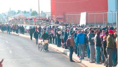 Se olvidan de la sana distancia en el inicio de la vacunación en Pachuca