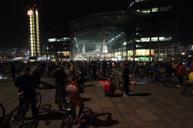 CM Berlin, Oktober 2014, Warten auf eine verlorengegangene Teilgruppe am Hauptbahnhof.