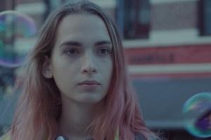 La chica del cabello rosa y una patineta al hombro – Reseña
