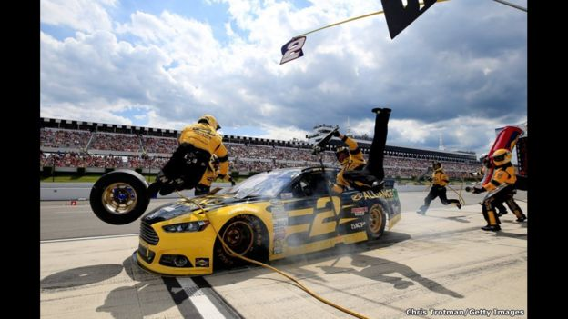 El piloto Brad Keselowski no puede detenerse y atropella a sus mecánicos durante la prueba de la serie Nascar en el autódromo de Pocono en Long Pond, en Pensilvania. Ninguno sufrió lesiones de consideración.