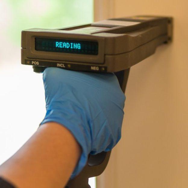 Aunque existen aparatos electrónicos que miden el plomo en las paredes, también hay pruebas simples de acceso cotidiano en ferreterías.