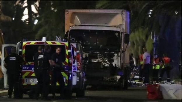 El camión que atropelló a la multitud visiblemente baleado por la policía.