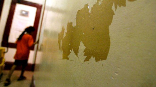 La pintura de las paredes puede contener plomo, incluso en las viejas capas que se desgastan con el paso del tiempo y el contacto.