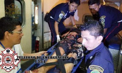 Doris Marisol Quiej Mejía de 25 años, es trasladada al hospital nacional de Mazatenango, luego de ser herida de bala. (Foto: Bomberos Municipales Departamentales)