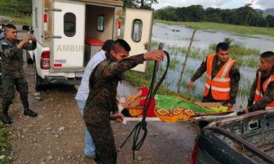 Miembros del Ejército de Guatemala colaboran con los cuerpos de socorro en la evacuación de heridos. (Foto: Oriente News)